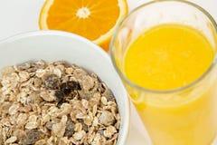 Café da manhã equilibrado com bacia do muesli e suco de laranja fresco imagem de stock