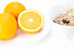 Café da manhã equilibrado com bacia do muesli e suco de laranja fresco imagens de stock
