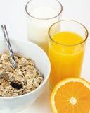 Café da manhã equilibrado com bacia do muesli, leite e suco de laranja fresco imagem de stock royalty free