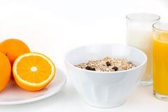 Café da manhã equilibrado com bacia do muesli, leite e suco de laranja fresco fotografia de stock