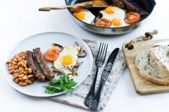 Café da manhã equilibrado saudável em uma placa cinzenta em um fundo branco imagens de stock
