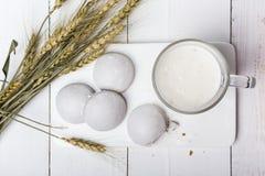 Café da manhã fácil da dieta do iogurte e do pão-de-espécie Ainda-vida com alimento e cereais em um fundo branco horizontal Fotografia de Stock Royalty Free