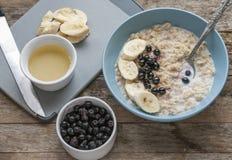 Café da manhã: farinha de aveia com bananas e mirtilos fotos de stock