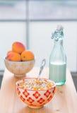 Café da manhã: farinha de aveia, leite, abricós Fotografia de Stock Royalty Free