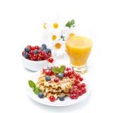 Café da manhã fresco com waffles, bagas e suco de laranja, isolados Fotografia de Stock