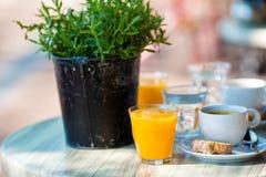 Café da manhã fresco e delisious no café exterior na cidade europeia Fotos de Stock