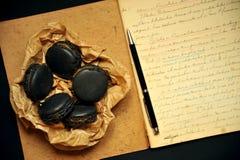 Café da manhã home com macarons e notas escritas à mão Imagens de Stock Royalty Free