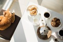 Café da manhã home francês do amanhecer com café foto de stock
