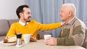Café da manhã idoso do pai e do filho imagem de stock royalty free