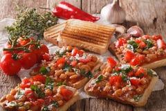 Café da manhã inglês: brinde com feijões brancos, tomates, queijo e Imagens de Stock Royalty Free