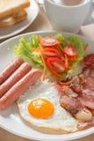 Café da manhã inglês com café na tabela de madeira Fotos de Stock Royalty Free
