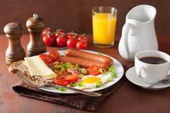 Café da manhã inglês com os feijões dos tomates do bacon das salsichas do ovo frito Fotos de Stock Royalty Free
