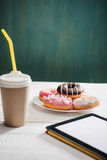 Café da manhã insalubre com o café a ir, a placa de anéis de espuma geados e a tela digital do branco da tabuleta Fotos de Stock