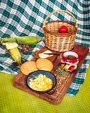 Café da manhã latino-americano na tabela de madeira fotos de stock royalty free