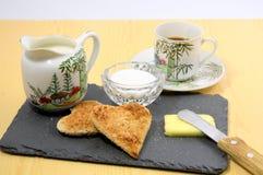 Café da manhã, leite e uma xícara de café imagem de stock royalty free