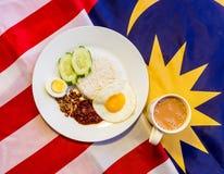 Café da manhã malaio - Nasi Lemak e Tarik na bandeira de Malásia fotografia de stock