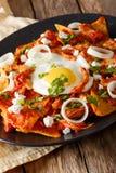 Café da manhã mexicano: chilaquiles com ovo e close-up da galinha VE foto de stock