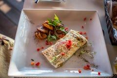 Café da manhã mexicano da omeleta com banana-da-terra fotos de stock