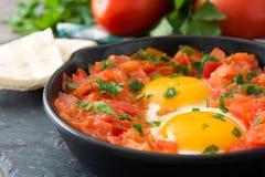 Café da manhã mexicano: Rancheros de Huevos na frigideira do ferro na madeira imagem de stock royalty free