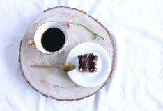 Café da manhã da mola na composição da cama Xícara de café e uma fatia de tiramisu caseiro, sobremesa italiana tradicional branco fotografia de stock royalty free