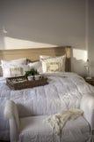 Café da manhã na cama com croissant e chá Fotografia de Stock Royalty Free