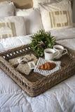 Café da manhã na cama com croissant e chá Imagens de Stock