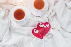 Café da manhã na cama no dia de Valentim Copo de doces do chá e do doce Conceito do amor ou do feriado Imagem de Stock