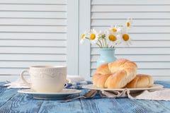 Café da manhã na casa de campo com xícara de café e croissant Imagens de Stock