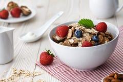 Café da manhã natural dos flocos com bagas fotos de stock