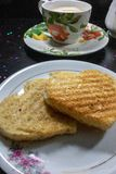 Café da manhã no dia de Valentim - pão na forma de um coffe e de um leite do coração fotos de stock