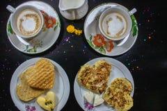 Café da manhã no dia de Valentim - queijo fritado do omelete, do pão, do maçã e o branco na forma de um coffe e de um leite do co imagem de stock royalty free