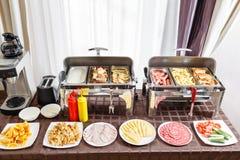 Café da manhã no smorgasbord do hotel As bandejas do bufete calorosos aprontam-se para o serviço Placas com alimento diferente imagens de stock royalty free