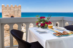 Café da manhã no terraço imagem de stock