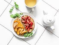 Café da manhã ou petisco delicioso - morangos da manteiga de amendoim, sanduíches dos abricós e chá verde em um fundo claro, vist fotografia de stock royalty free