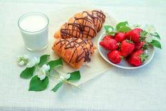 Café da manhã ou petisco saudável - iogurte, croissant, morango e flores fotografia de stock royalty free