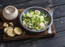 Café da manhã ou petisco saudável - salada com pepino, aipo, ovos de codorniz e queijo e biscoitos salgados caseiros do queijo em Imagens de Stock Royalty Free
