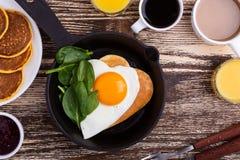 Café da manhã ou refeição matinal do dia do ` s do Valentim com o ovo frito da forma do coração fotografia de stock