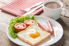 Café da manhã, ovo em um furo com salsicha e café Fotografia de Stock