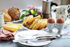 Café da manhã da Páscoa, chá alto, ajuste da tabela para um jantar festivo imagem de stock
