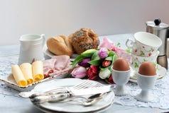Café da manhã da Páscoa, chá alto, ajuste da tabela para um jantar festivo imagem de stock royalty free