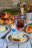 Café da manhã da Páscoa com os bolos transversais quentes, doce, manteiga e o ovo tradicionais Do feriado vida ainda Decoração de fotografia de stock royalty free