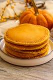 Café da manhã - panqueca da abóbora para o outono, a queda e o Dia das Bruxas fotos de stock royalty free
