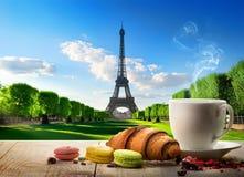 Café da manhã perto da torre Eiffel Foto de Stock