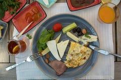 Café da manhã preparado na tabela de madeira, queijos, doces, tomates, cuc imagem de stock royalty free