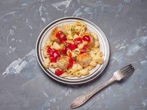 Café da manhã pronto da massa com almôndegas do peru em uma placa leve com listras e ketchup pretas, close-up disparado, perto do fotos de stock royalty free