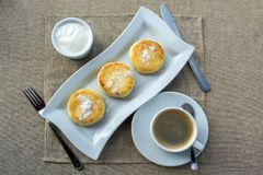 Café da manhã que consiste na panqueca com creme de leite e café fotografia de stock