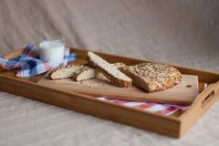 Café da manhã que consiste no leite e no pão Fotos de Stock