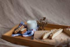 Café da manhã que consiste no pão e no leite Foto de Stock Royalty Free