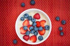 Café da manhã quente da farinha de aveia com frutos frescos imagem de stock