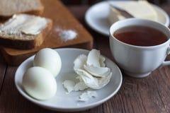 café da manhã rústico na manhã, na forma de sustento, nos ovos cozidos e no chá fotos de stock royalty free